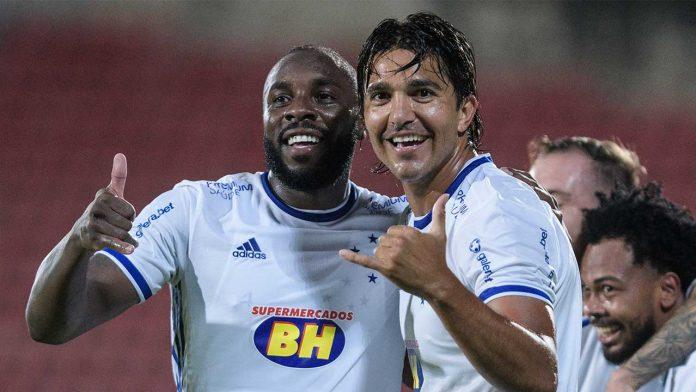 Cruzeiro melhora no 2º tempo